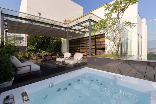 Bên ngoài phòng ngủ có một bể bơi nhỏ và không gian thư giãn ngoài trời.