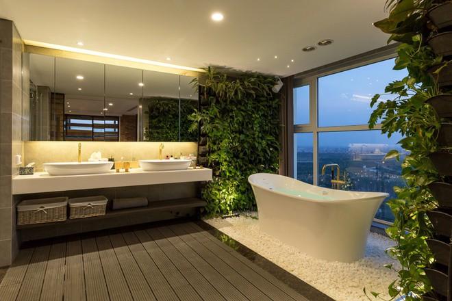Phòng tắm mang lại cảm giác thư giãn nhờ view thành phố trên cao và cách trang trí nội thất.