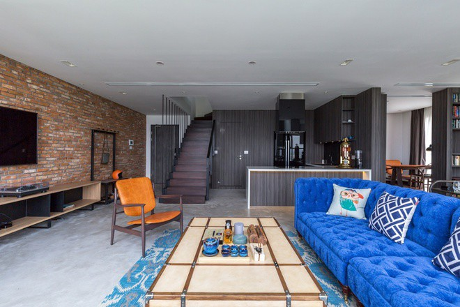 Với diện tích một sàn 90 m2, khá hạn chế so với quy mô chung của các căn penthouse, kiến trúc sư bỏ qua sự ngăn chia không cần thiết giữa các phòng, tạo ra không gian rộng và thoáng đãng trên cao.