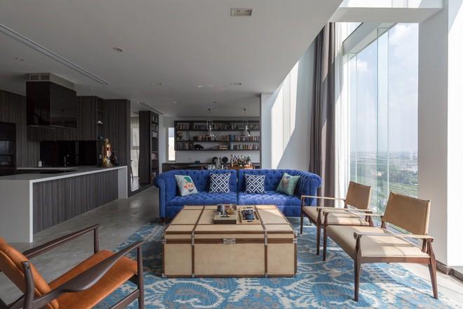 Các không gian trong nhà hầu hết đều tiếp xúc với mảng kính lớn, giúp chủ nhân luôn được hưởng ánh nắng và không khí trong lành tự nhiên.