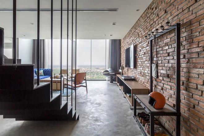 Bước chân vào tiền phòng cũng khiến khách đến chơi cảm nhận được sự cá tính của chủ nhà từ vật liệu trong nội thất và cách bài trí.