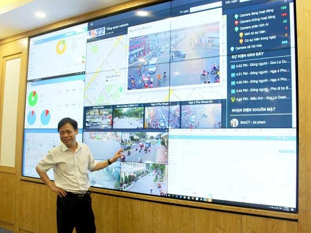 TS Lê Quốc Cường, Phó Giám đốc Sở TT&TT TP.HCM, tại Trung tâm Điều hành ĐTTM, đặt ở UBND TP. Ảnh: LÊ THOA