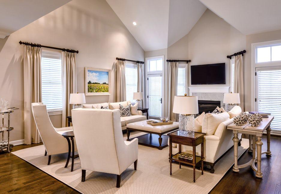 Phòng khách với sắc trắng kem chủ đạo luôn là một lựa chọn an toàn dành cho mọi gia đình