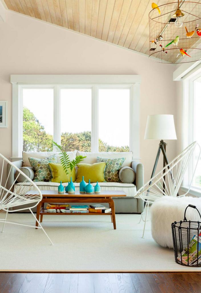 Sắc trắng kem cho không gian phòng khách luôn tươi sáng, đem lại cảm giác dễ chịu, thoải mái cho người dùng