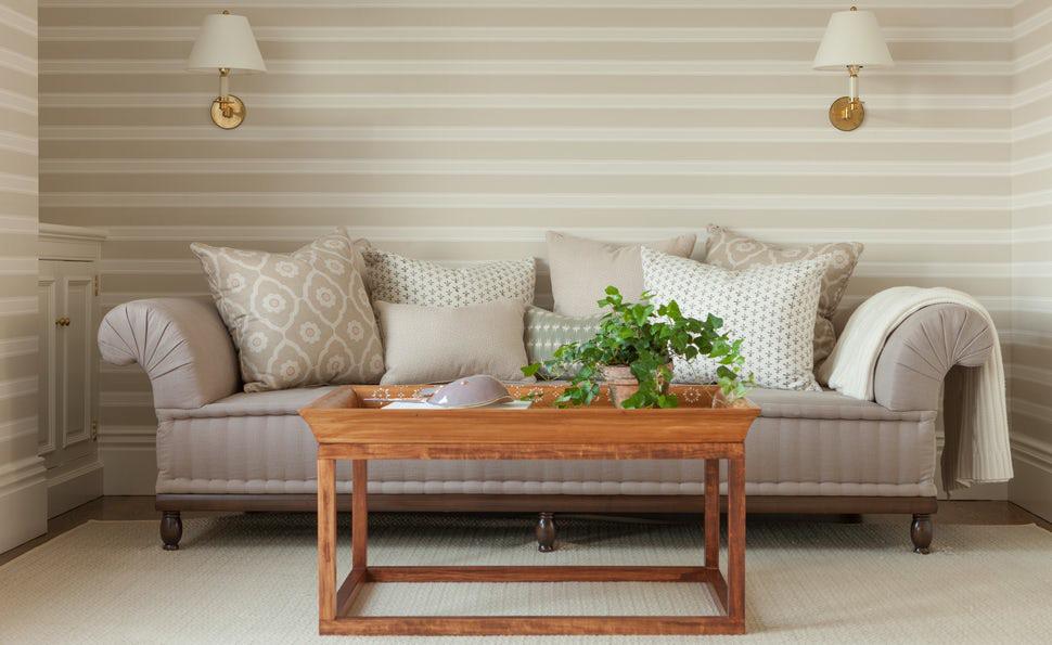Một căn phòng khách được thiết kế với gam màu trắng kem còn không hề bị lỗi thời theo năm tháng