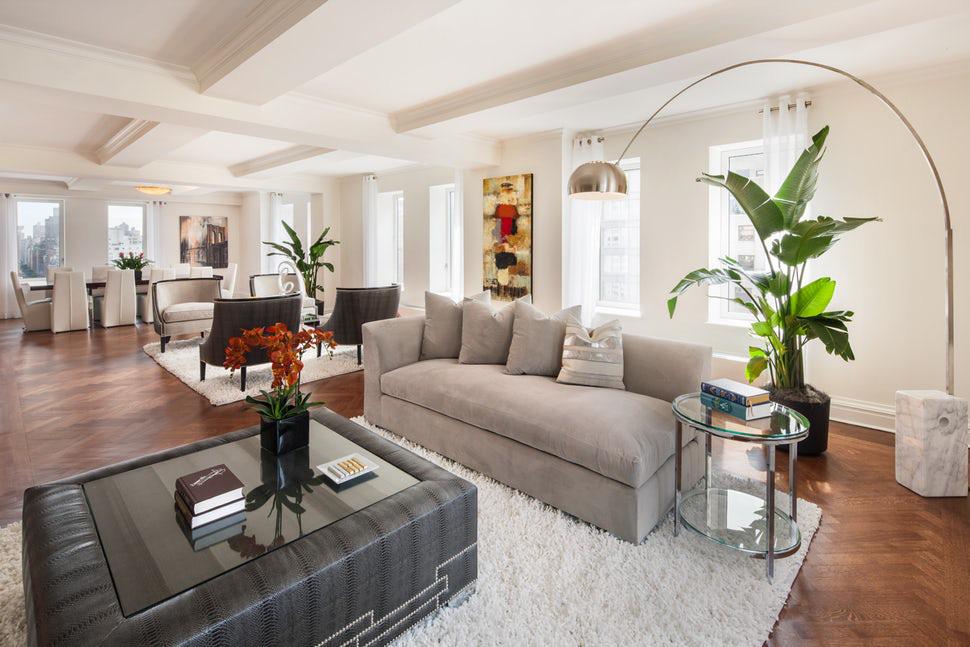 Các gia đình thường lựa chọn làm sàn gỗ cho những căn phòng khách có sắc trắng kem để tạo cảm giác ấm cúng hơn
