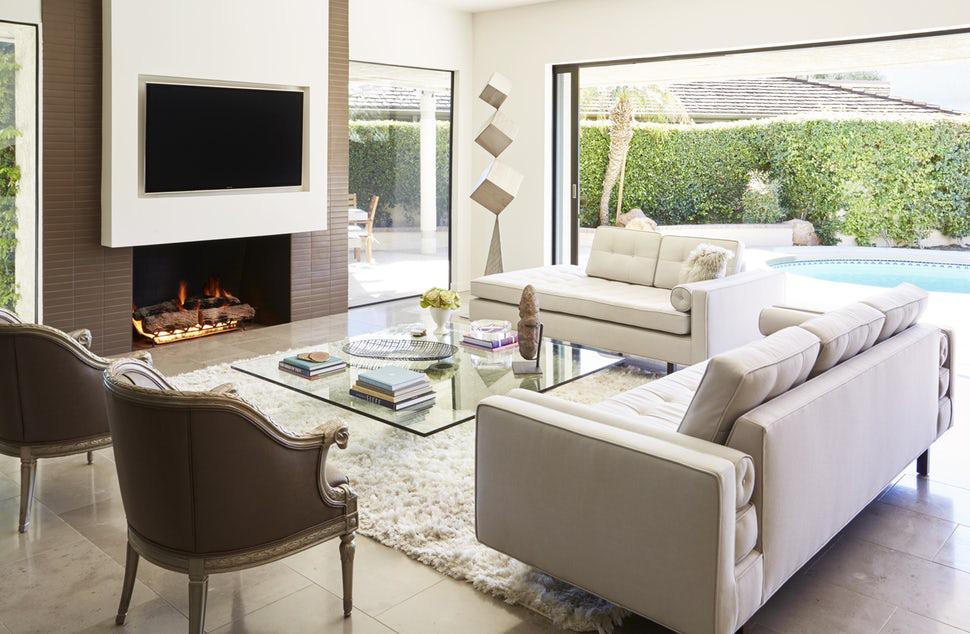 Bạn cũng có thể kết hợp với những bộ thảm trải sàn lông để tạo cảm giác ấm cúng hơn cho phòng khách trắng kem