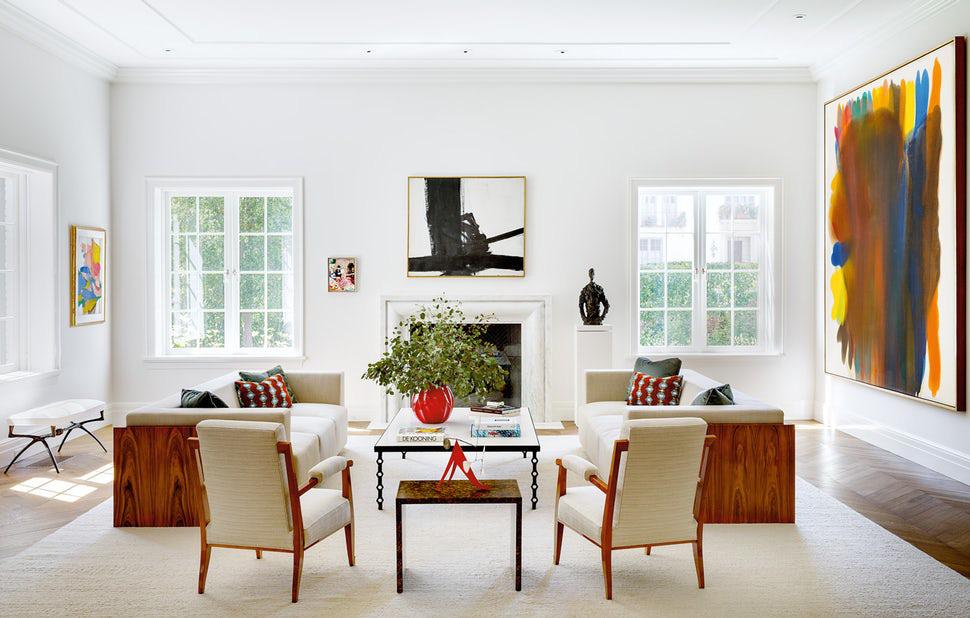 Nội thất bằng gỗ tự nhiên luôn là sự kết hợp ăn ý bên trong căn phòng khách có sắc trắng kem