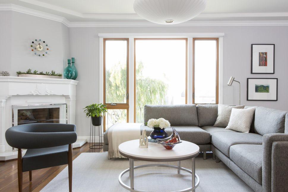 Bạn có thể yên tâm lựa chọn gam màu trắng kem cho phòng khách vì gam màu này thích hợp với mọi phong cách nội thất