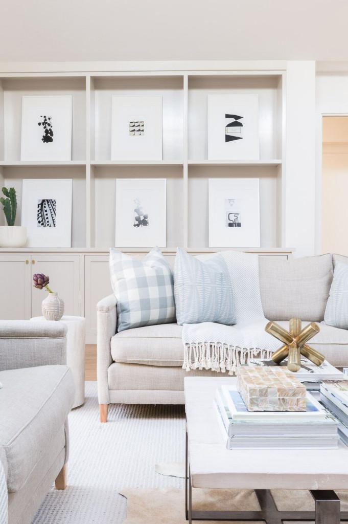 Những căn phòng khách được trang trí với màu trắng kem thường mang vẻ đẹp thanh lịch