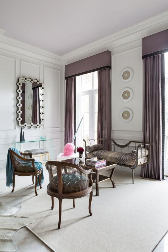 Bạn nên sử dụng không quá 3 gam màu bên trong căn phòng khách trắng kem để tránh tạo cảm giác rối mắt