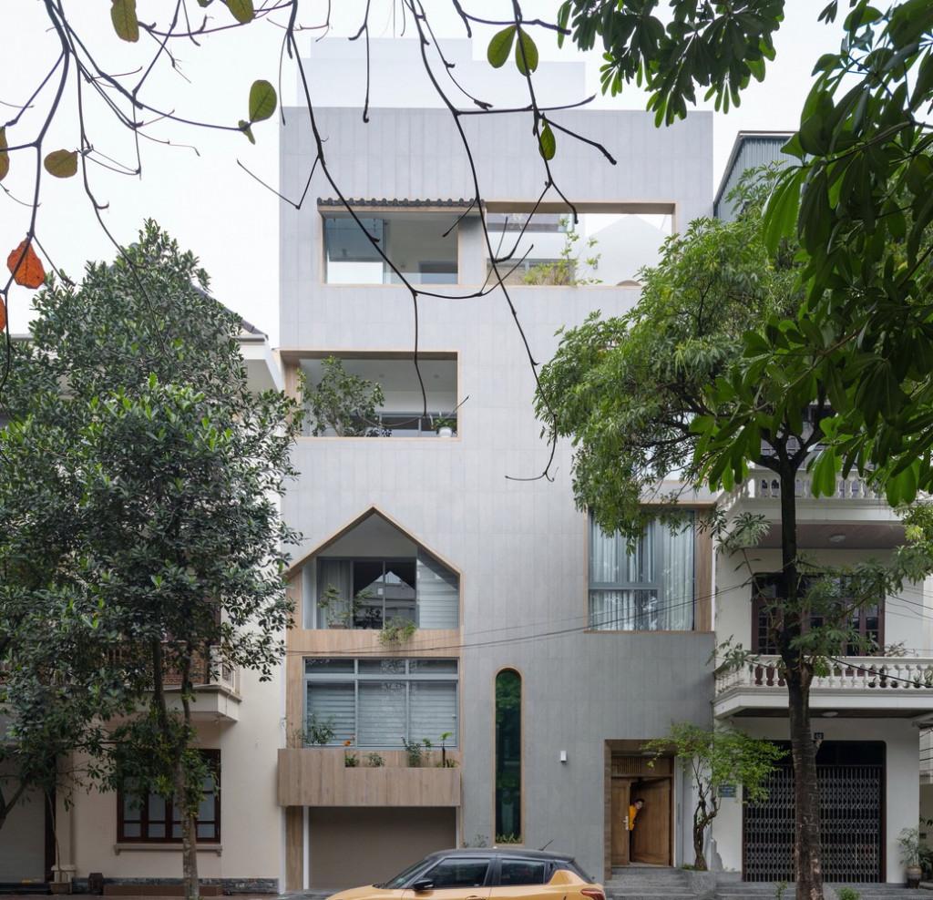 Ngôi nhà được xây dựng trên khu đất rộng 9m, sâu 11m gần ngã tư của con phố lớn tại thành phố Nam Định