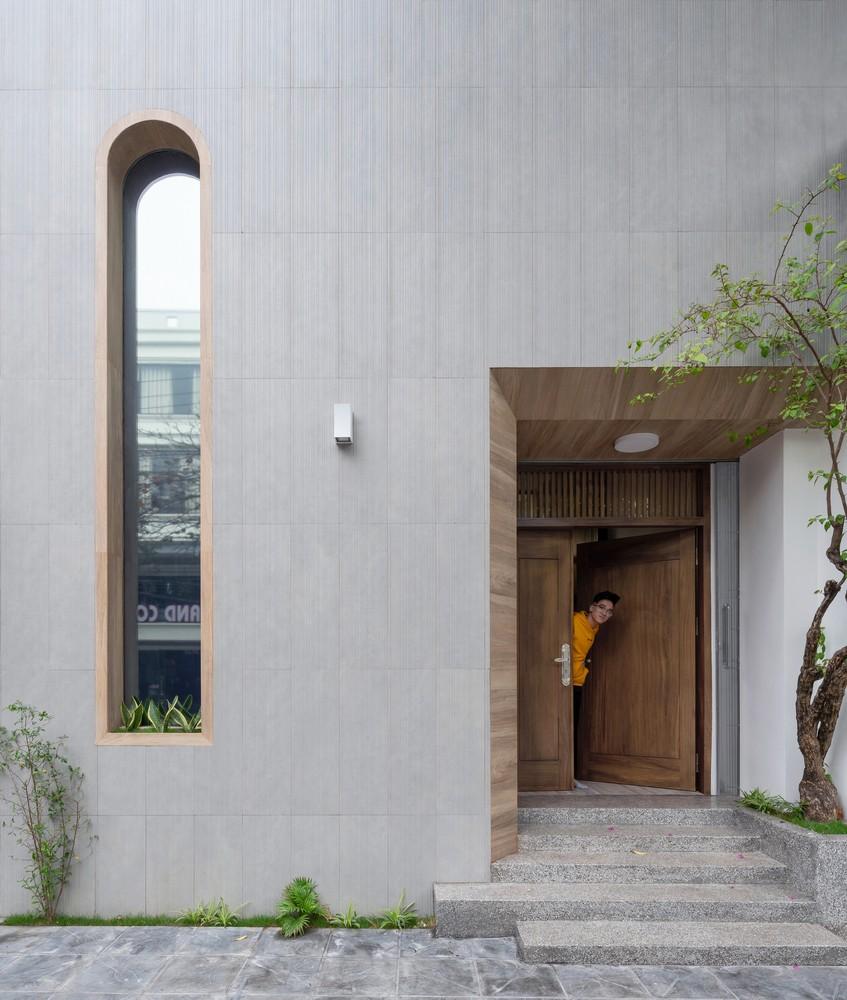 Để lấy ánh sáng cho bên trong, các kiến trúc sư đã thiết kế bằng cách tạo ra khối hộp với mặt trước tối giản, và điêu khắc các vị trí cửa sổ, logia