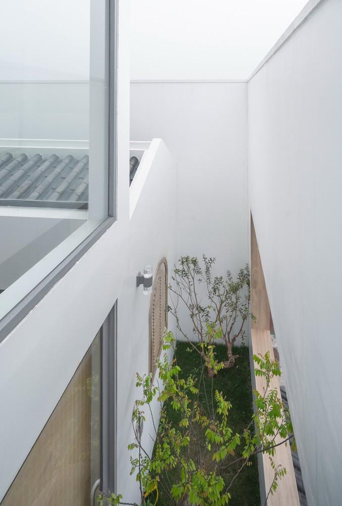 Trong căn nhà, giếng trộng rộng 90cm kéo dài toàn bộ khu đất (11m) giúp lấy ánh sáng và thông gió cho phòng ngủ, phòng gia đình ở phía sau