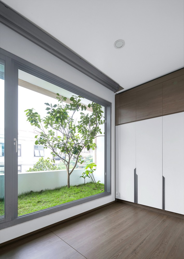 Tầng 1 dành cho khách, tầng lửng dành cho bếp và phòng ăn, tầng 4 gồm nhiều chức năng (phòng thờ, phòng học, phòng ngủ cho khách)