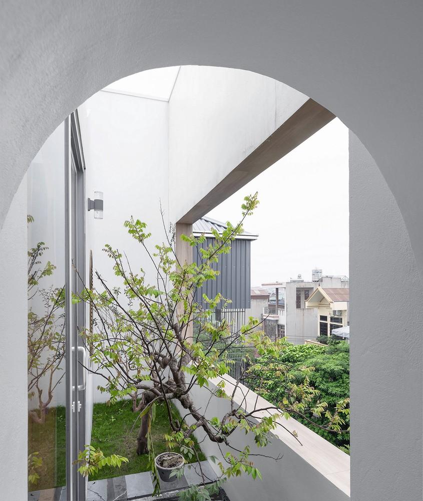 Đặc biệt, tầng 4 còn có một khu vườn nhiệt đới nhỏ, được kết nối với phòng học và phòng thờ với không gian chuyển tiếp là mái hiên, cũng là nơi để chủ nhà uống trà và thiền vào sáng sớm hoặc buổi tối. Nguồn ảnh: Trieu Chien