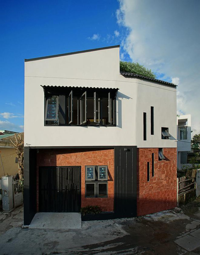 Phong thủy kiểu hoa cúc còn mang đến cho gia đình tài lộc, biểu tượng của sức sống và may mắn ngập tràn. Ngôi nhà Việt có diện tích 60 m2 và được thiết kế bởi IZ Architects.