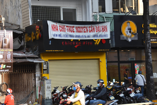 Một cửa hàng trên đường Nguyễn Tri Phương (quận 10, TP HCM) treo bảng cho thuê nhiều ngày qua nhưng rất ít người hỏi. Ảnh: TẤN THẠNH