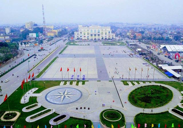 Quảng trường TP Việt Trì (ảnh viettri.gov.vn)