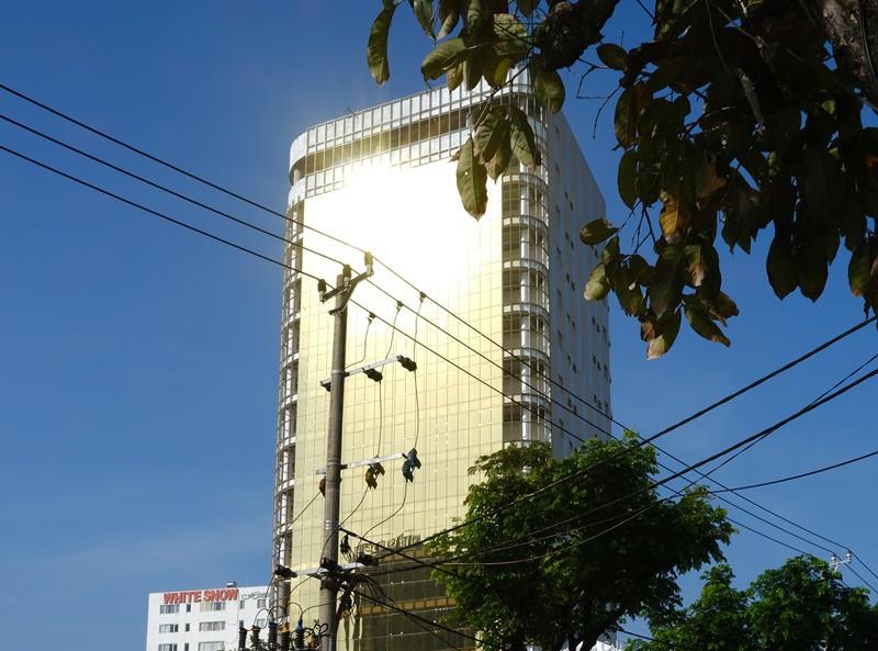 Nhà cao tầng dùng kính phản quang gây chói mắt cho người đi đường