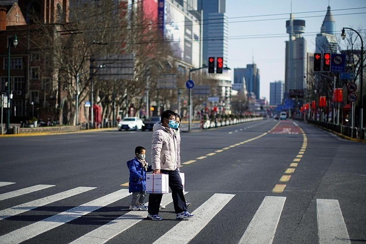 Người dân đeo khẩu trang tại một khu vực trung tâm mua sắm tại Thượng Hải, Trung Quốc. Ảnh: Reuters
