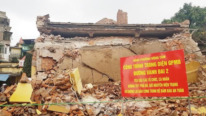 Nhìn một phần ngôi nhà 1 tầng của Trạm phát sóng Bạch Mai bị phá dỡ nham nhở ngay trước ngày có quyết định lập hồ sơ xét duyệt di tích cấp thành phố khiến nhiều người xót xa