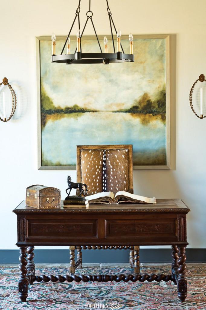 Mỗi bức tranh treo tường được lựa chọn cần có tỷ lệ tương xứng với bức tường đằng sau nó