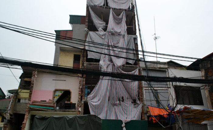 Một công trình xây dựng của nhà dân trên phố Đại La (quận Hai Bà Trưng).