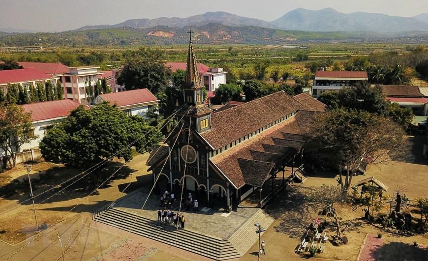 hà thờ chánh tòa Kon Tum (hay còn gọi là nhà thờ gỗ), nằm trên đường Nguyễn Huệ, thành phố Kon Tum, tỉnh Kon Tum, do các linh mục người Pháp khởi dựng năm 1913 được hoàn thành năm 1918.