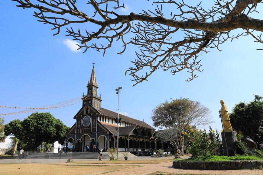 Nhà thờ gỗ Kon Tum nổi bật giữa cái nắng của Tây Nguyên.