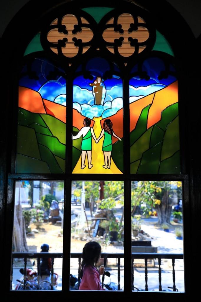 Thánh đường có nhiều khung cửa kính màu vẽ các điển tích trong kinh thánh, có tác dụng lấy ánh sáng vừa tạo thêm vẻ rực rỡ, tráng lệ cho giáo đường.