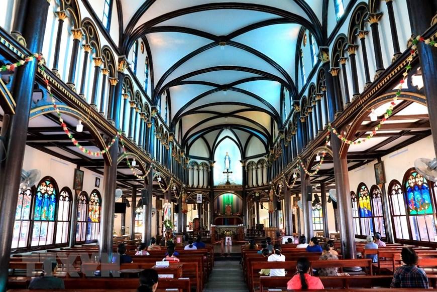 Vẻ độc đáo của nhà thờ được xây dựng bằng chất liệu gỗ toát lên vẻ trang nghiêm của nơi thờ phụng mà vẫn rất gần gũi với cuộc sống của người dân.