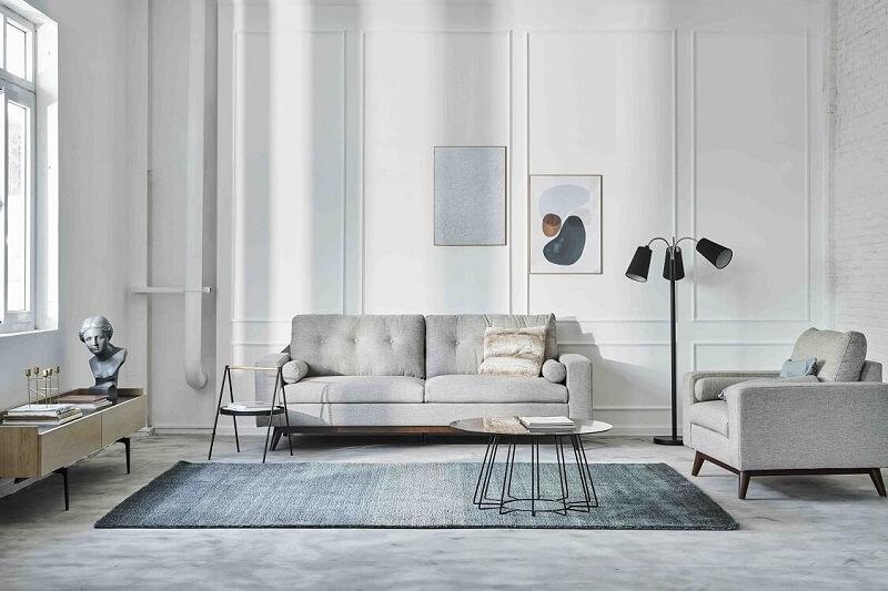 Mẫu đèn sàn đen tạo được điểm nhấn giữa không gian phòng khách màu xám trắng
