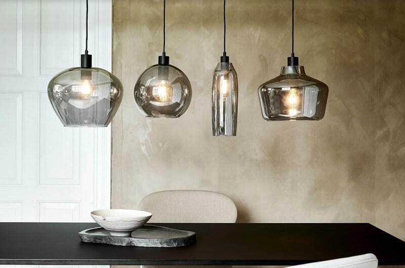 Ánh sáng vàng đến từ những mẫu đèn thả trần mang lại cảm giác gần gũi và ấm cúng cho căn phòng