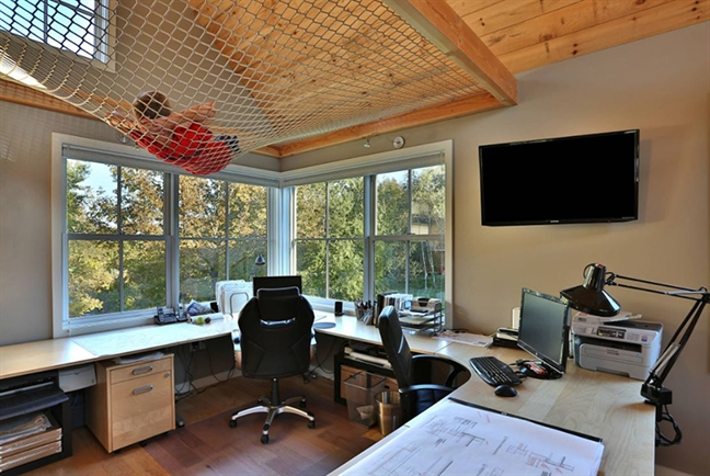 Bạn cũng có thể tạo một sự bổ sung phá cách cho không gian văn phòng với sàn võng treo ở không gian trần nhà. Chúng có thể phục vụ như một khu vực giải trí cho trẻ em hoặc chính bạn khi muốn chợp mắt trong một giấc ngủ ngắn, hoặc muốn thư giãn để nghĩ ra ý tưởng nào đó.