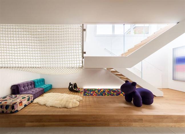 Bạn có muốn tạo ra một phòng vui chơi độc đáo và vui vẻ, vừa yên bình mà vẫn rộn ràng? Một cái lưới treo hoạt động như một cái võng nơi con bạn có thể nghỉ ngơi, đọc sách, đi bộ, leo trèo và vui chơi. Nó không chỉ giúp tiết kiệm không gian, mà nó còn tạo ra một nơi an toàn với tính năng hiện đại, hấp dẫn cho ngôi nhà của bạn.