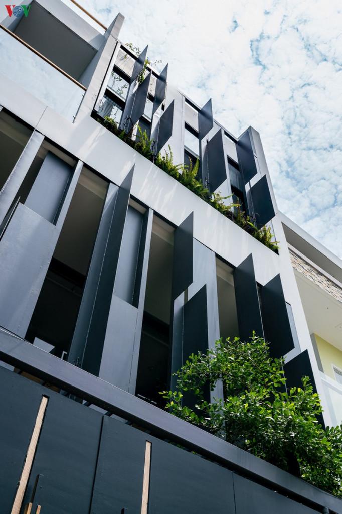 Đây là một ngôi nhà phố có diện tích vừa phải. Bên ngoài, công trình có phong cách hiện đại với những đường nét đơn giản. Những cánh cửa được thiết kế như lam chắn nắng đem lại sự khác biệt. Màu xám được chọn là màu chủ đạo đem lại nét cá tính riêng.