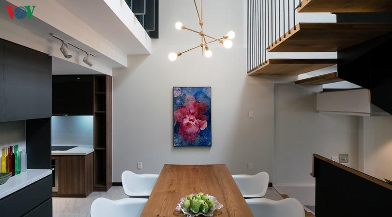 Bếp và phòng ăn nằm ở trung tâm ngôi nhà. Phía trên bàn ăn là một khoảng thông tầng đem lại sự thoáng đãng.