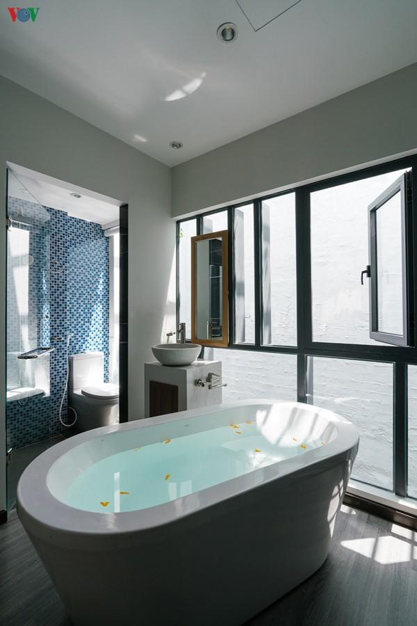 Phòng vệ sinh được sử dụng vách kính xuyên suốt với phòng ngủ cho cảm giác rộng rãi và sáng sủa.