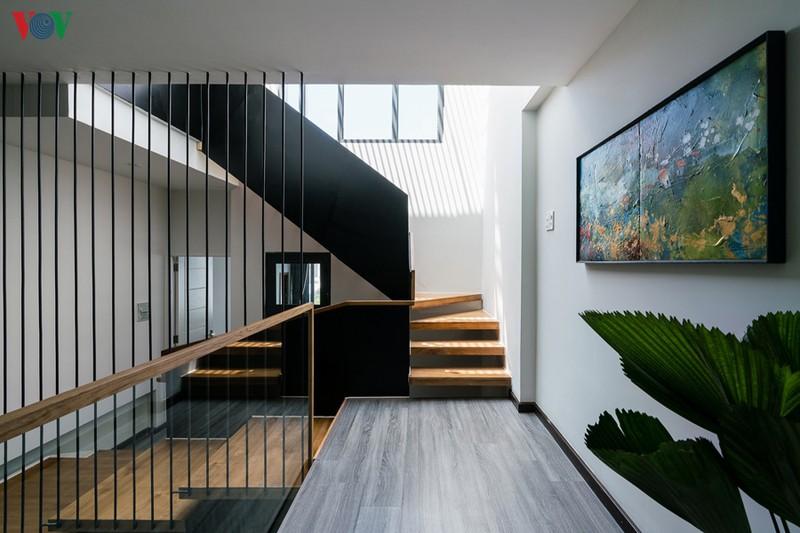 Các khoảng thông tầng và giếng trời làm cho ngôi nhà luôn đủ ánh sáng và thoáng đãng.