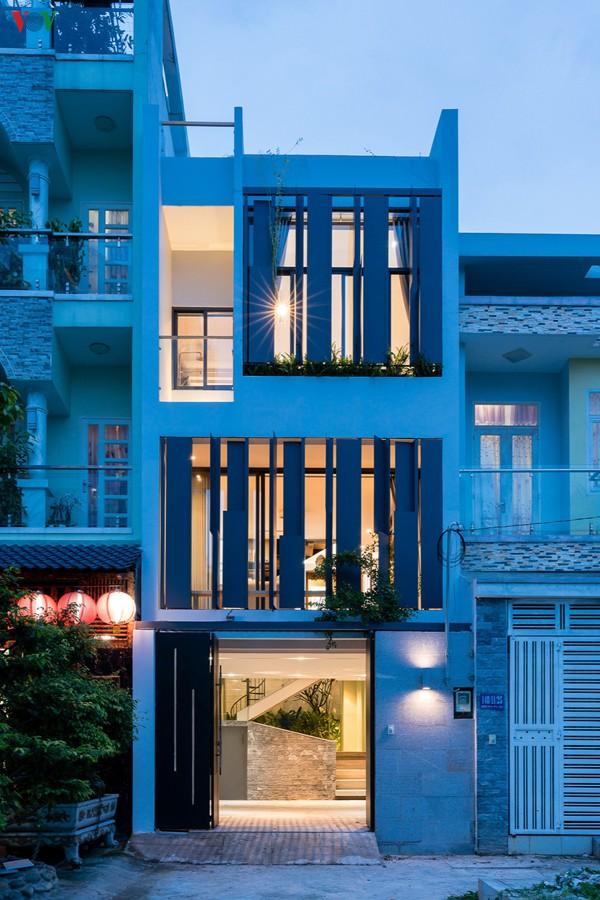 Ngôi nhà mang hơi thở hiện đại trong ánh đèn khi tối trời.