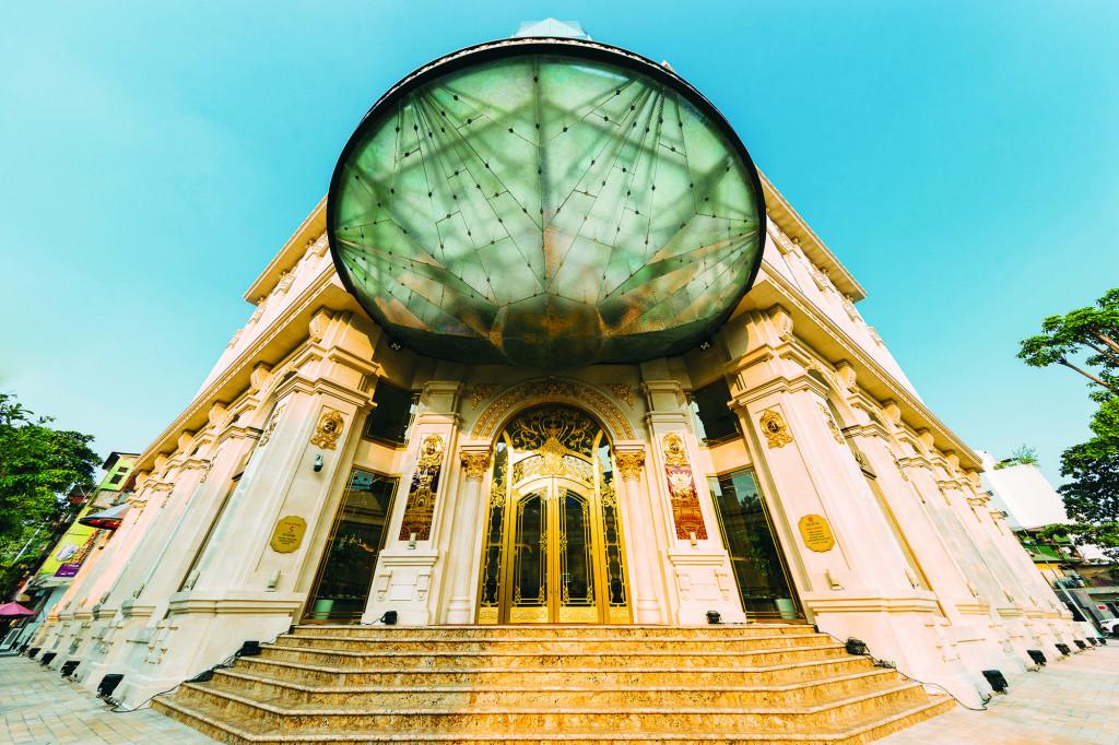 Trước sảnh là hình viên kim cương đa sắc khổng lồ của toà nhà DOJI