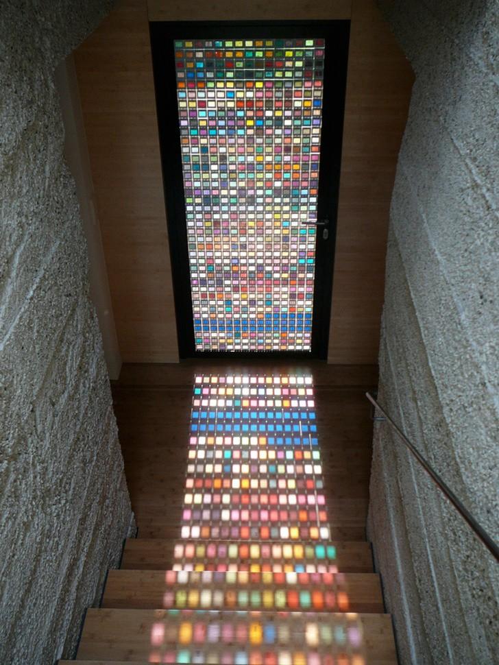 Ô cửa sổ nhiều màu sắc mang đến ánh sáng lung linh cho căn phòng