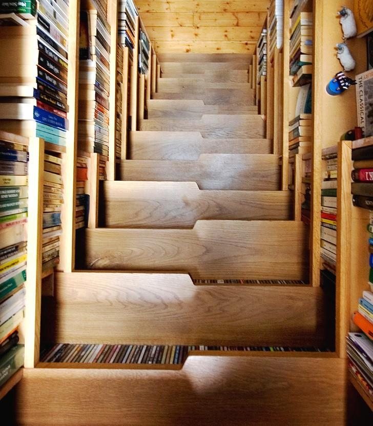 Cầu thang kết hợp giá sách