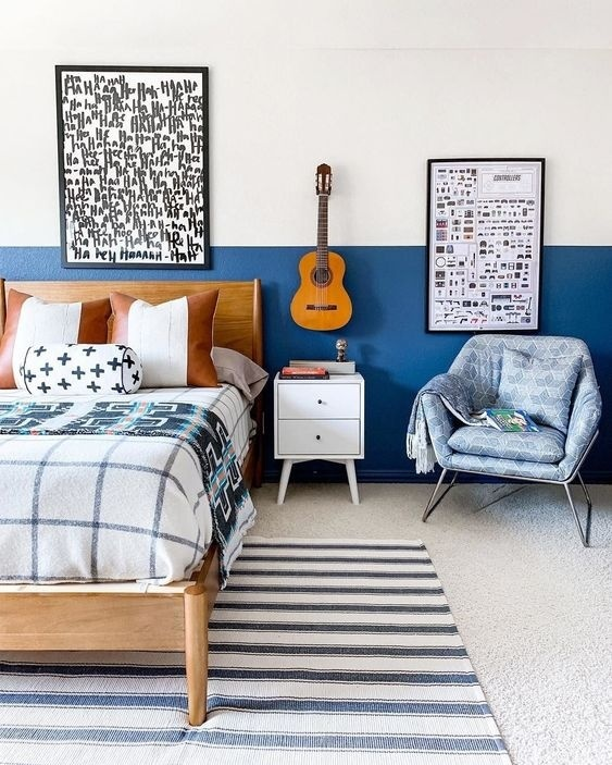 Phòng ngủ nhỏ này là sự kết hợp của màu trắng kem và màu xanh việt quất