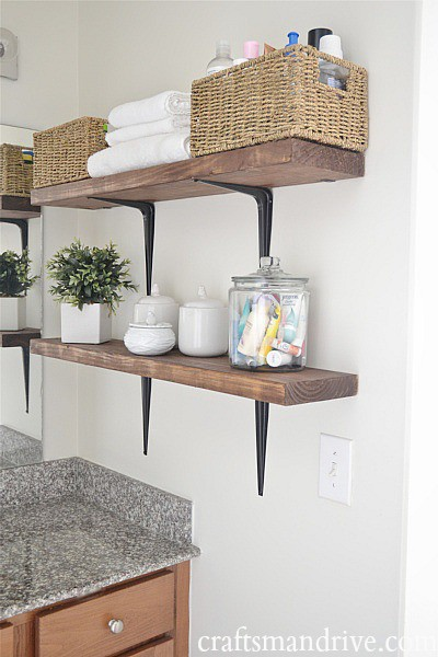Tận dụng không gian bên trên bệ rửa làm nơi lưu trữ đồ với những kệ xếp chồng lên nhau