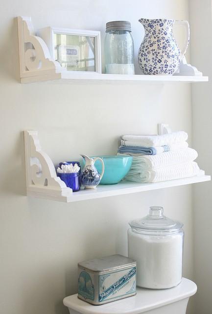 Thiết kế những kệ nhỏ phía trên bồn cầu để khăn, giấy, xà phòng...