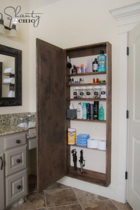 Một hộc tủ bí mật với tấm gương phía trước là nơi cất vật dụng giúp nhà tắm gọn gàng