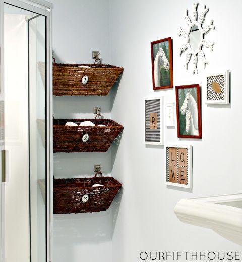 Các giá treo tường này vừa có chức năng chứa đồ, vừa là điểm nhấn trang trí cho phòng tắm