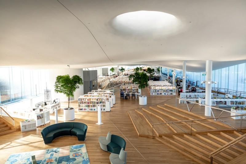 Được thiết kế bởi công ty kiến trúc nổi tiếng ALA, tổng giá trị xây dựng thư viện Oodi lên tới 98 triệu Euro (gần 116 triệu USD).